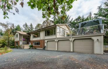 Beautiful Home on Estate Inspired Lot - Arbutus