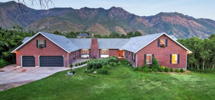 Utah Luxury, Secluded Back Yard with deer and creek, Indoor Sport Court.