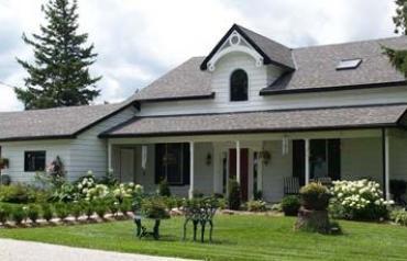 Gracious 1850's farm house & horse hobby facilities
