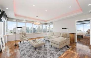 Apartment with two bedrooms, in a condominium, in New York.
